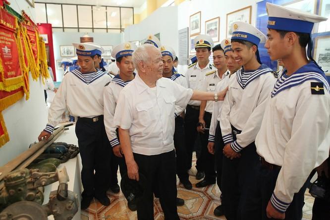 Thiếu tướng Mai Năng nói chuyện với cán bộ, chiến sĩ Trung đoàn Đặc công Hải quân 126. Ảnh: Lâm Khánh - TTXVN