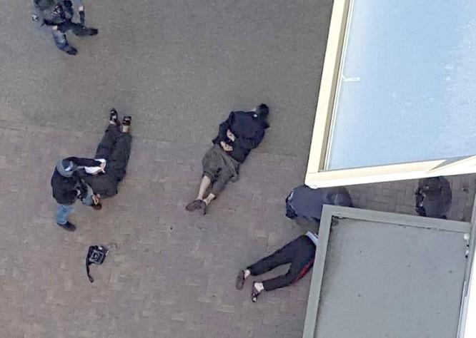 12 nghi phạm bị bắt trong một cuộc đột nhập của cảnh sát vào một căn hộ ở Barking, Đông Luân Đôn