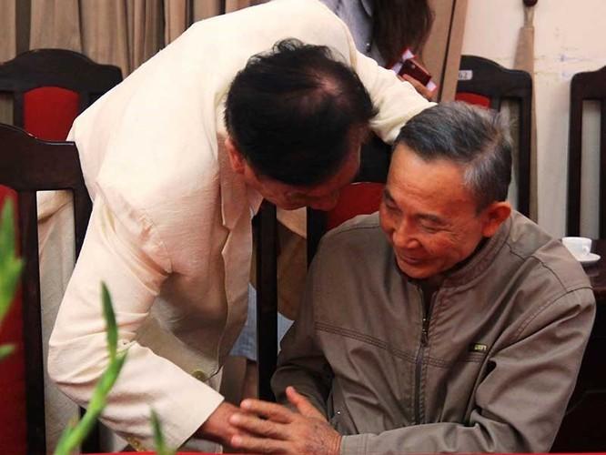 Ông Đinh Đình Phú (áo sáng màu) cùng với ông Vũ Quốc Hùng, nguyên Phó chủ nhiệm Ủy ban Kiểm tra TƯ