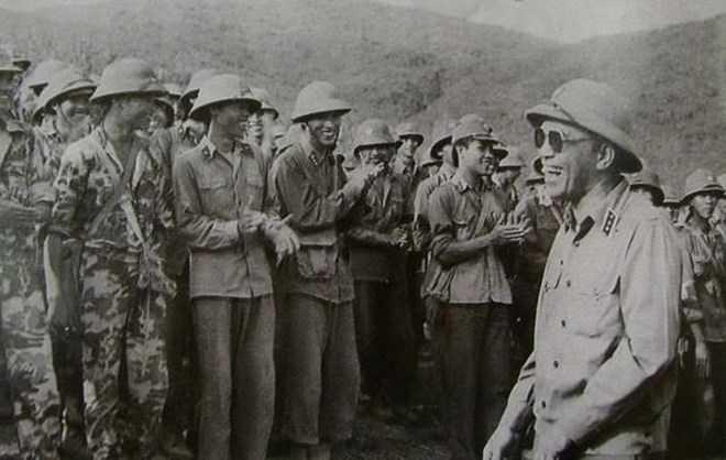 Đại tướng Tổng tham mưu trưởng Đoàn Khuê thăm cán bộ chiến sĩ Sư đoàn 312 vừa hoàn thành nhiệm vụ chiến đấu ở Vị Xuyên (Ảnh tư liệu)