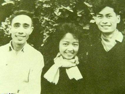 Nhà thơ Lê Anh Xuân (bìa trái)