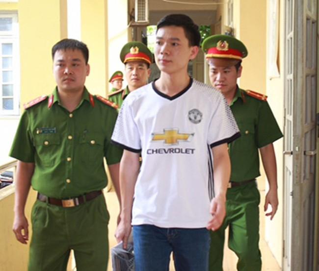 BS Hoang Công Lương (áo trắng)