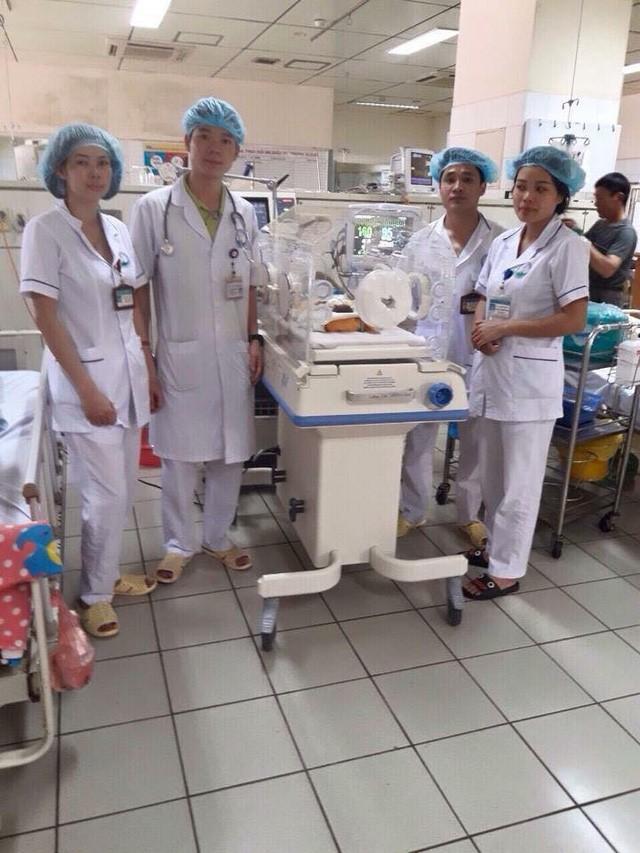 BS Hoàng Công Lương (thứ 2 từ trái qua) tại Bệnh viện, đúng ngày anh nhận được quyết định truy tố của Viện KSND tỉnh Hòa Bình (nguồn facebook)