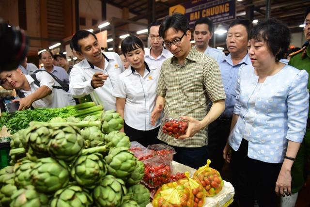 Phó thủ tướng Vũ Đức Đam thị sát chợ đầu mối Bình Điền (Q.8, TP. HCM)