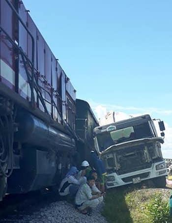 Tàu SH3 chạy Bắc Nam đâm trúng xe bồn, đường sắt tê liệt gần 1 giờ rưỡi ảnh 1