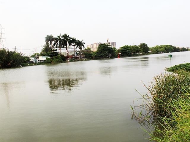 Dòng sông Rạch Chiếc hôm nay, sau 44 năm ngày Thống nhất đất nước, nhìn từ khu tưởng niệm 52 liệt sỹ đã ngã xuống trong trận chiến chiếm và giữ cây cầu Rạch Chiếc.