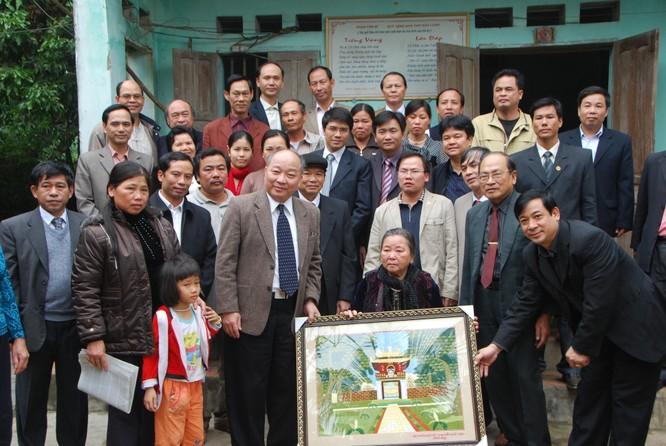 Ông Triệu và các vị khách cùng đi chụp ảnh chung với gia đình Hữu Loan. Ảnh: Xuân Ba.