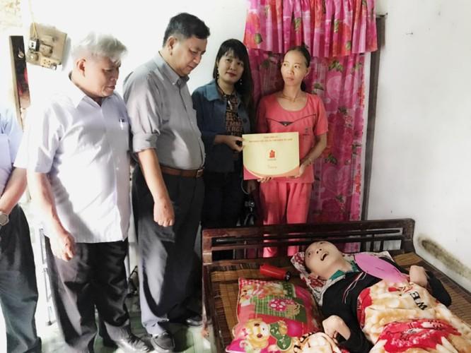 Cổng 1400 tặng quà các gia đình nạn nhân chất độc da cam ảnh 2