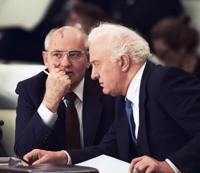 Ai đã đưa Shevardnadze lên vị trí Bộ trưởng Ngoại giao Liên Xô? ảnh 2
