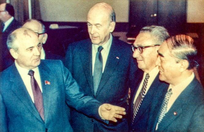"""Lần đầu tiết lộ: Giữa """"bầy sư tử"""" ai lách đưa """"cừu non"""" Gorbachev lên đỉnh cao quyền lực? ảnh 1"""