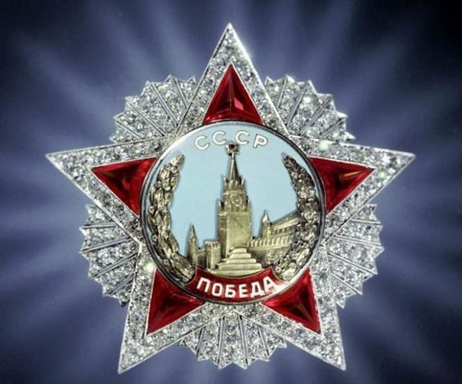 """TBT Brezhnev từng nhận 114 huân, huy chương; huy hiệu """"50 năm tuổi đảng"""" và thẻ nhà báo ảnh 3"""