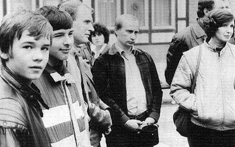 Trung tá tình báo V. Putin trấn áp đám đông, cứu tài liệu tuyệt mật mật của KGB ở Đức ảnh 3