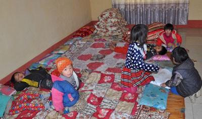 Trẻ em vùng cao mưu sinh trong rét buốt ảnh 4