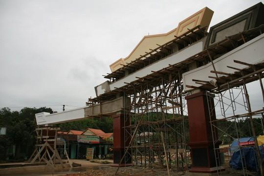 Choáng ngợp với cổng chào tiền tỉ ở huyện nghèo ảnh 3
