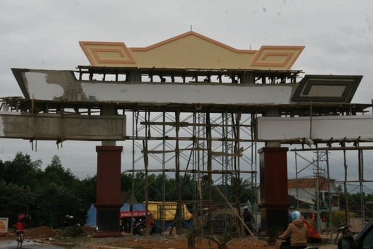 Choáng ngợp với cổng chào tiền tỉ ở huyện nghèo ảnh 5