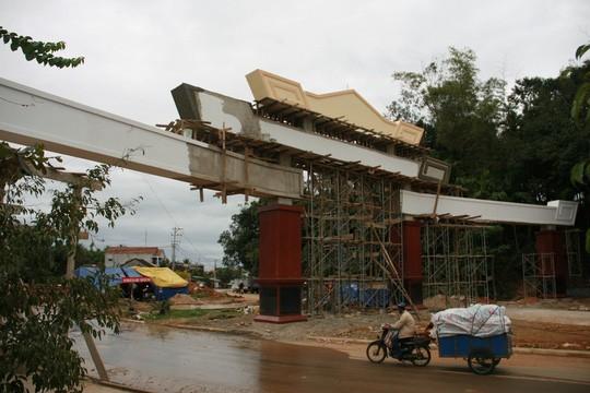 Choáng ngợp với cổng chào tiền tỉ ở huyện nghèo ảnh 4