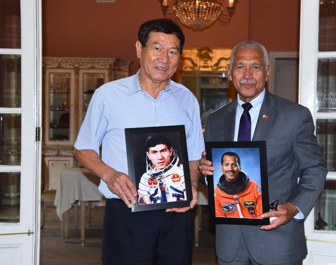 Nhà du hành vũ trụ kiêm cựu giám đốc NASA đến Việt Nam ảnh 1