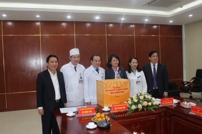 Phó Chủ tịch nước thăm và tặng quà cho bệnh nhân điều trị tại Bệnh viện Trung ương Thái Nguyên ảnh 2