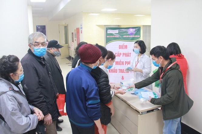 Phát miễn phí 1.200 khẩu trang y tế cho người bệnh ảnh 4