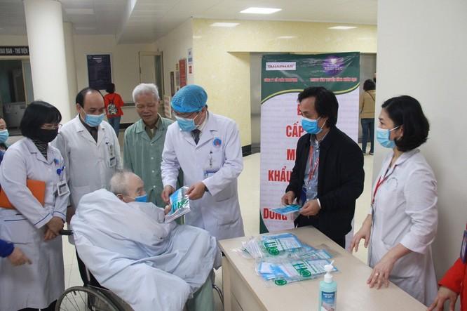 Phát miễn phí 1.200 khẩu trang y tế cho người bệnh ảnh 2