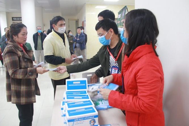 Phát miễn phí 1.200 khẩu trang y tế cho người bệnh ảnh 1