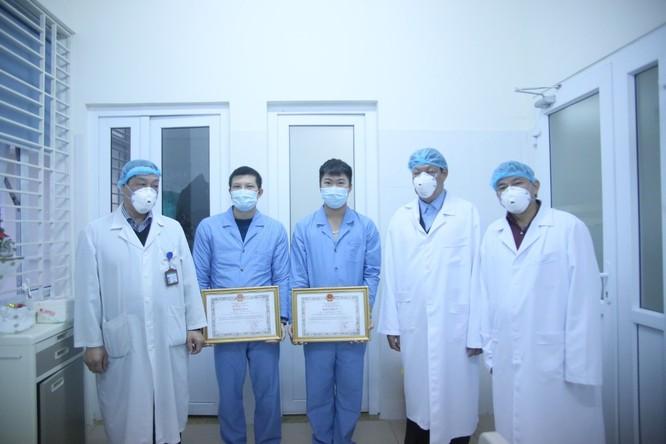 Thứ trưởng Bộ Y tế khen thưởng tập thể, cá nhân đã đón 30 công dân Việt Nam trở về từ Vũ Hán ảnh 1