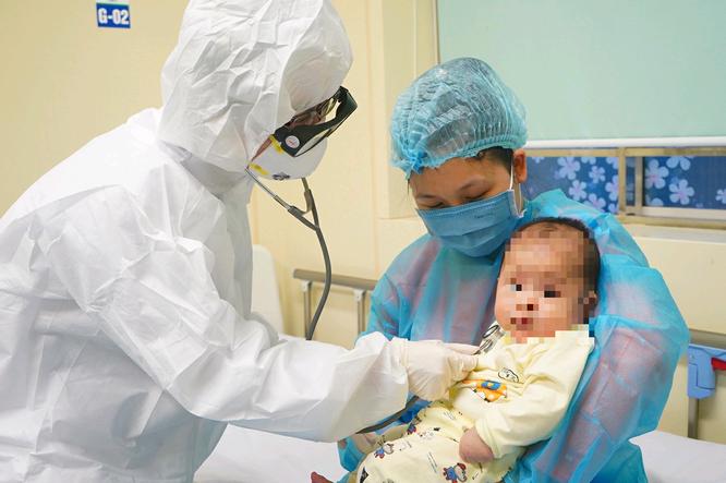 Nóng: Mẹ con bé gái 3 tháng tuổi mắc COVID-19 cùng xuất viện ảnh 1