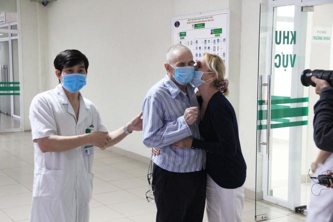 Bệnh nhân 28 mắc COVID-19 được công bố khỏi bệnh sớm, cùng vợ về nước ngay trong đêm ảnh 2