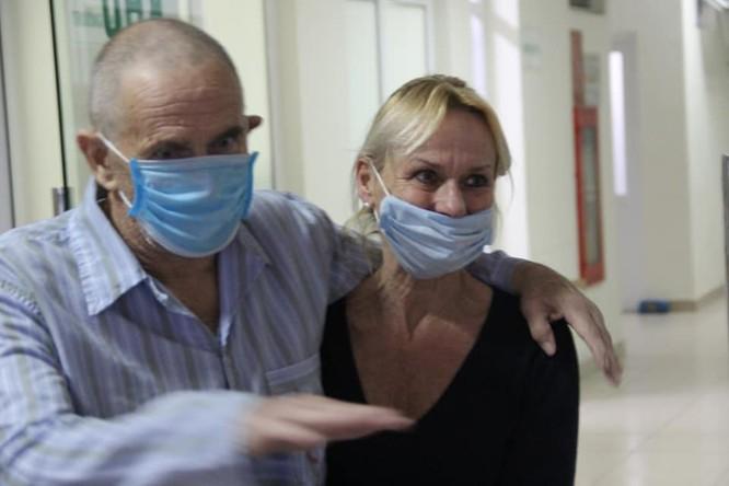 Bệnh nhân 28 mắc COVID-19 được công bố khỏi bệnh sớm, cùng vợ về nước ngay trong đêm ảnh 1
