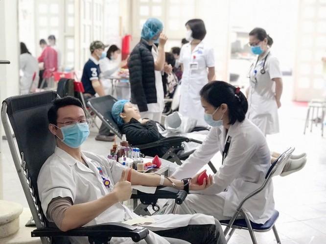 Thiếu máu trầm trọng vì COVID-19, bác sĩ tại Bệnh viện Hữu Nghị hiến máu đột xuất ảnh 1