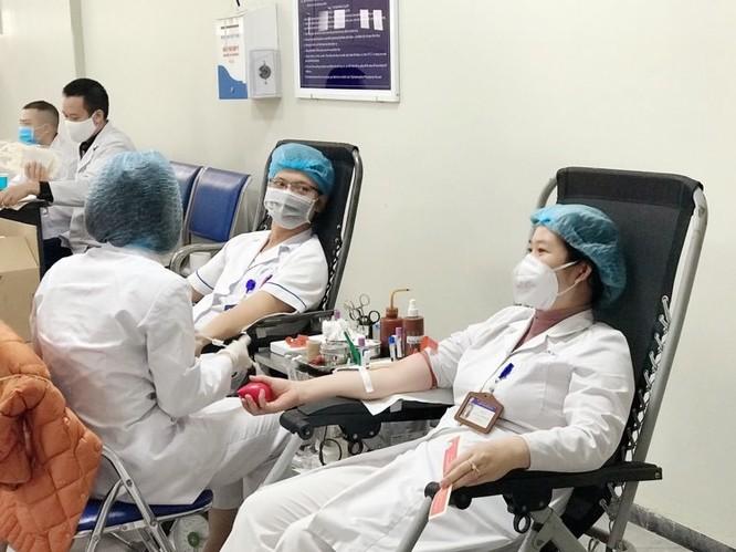 Thiếu máu trầm trọng vì COVID-19, bác sĩ tại Bệnh viện Hữu Nghị hiến máu đột xuất ảnh 2