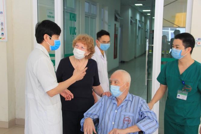 2 bệnh nhân mắc COVID-19 nặng, phải thở máy đã khỏi bệnh ảnh 1