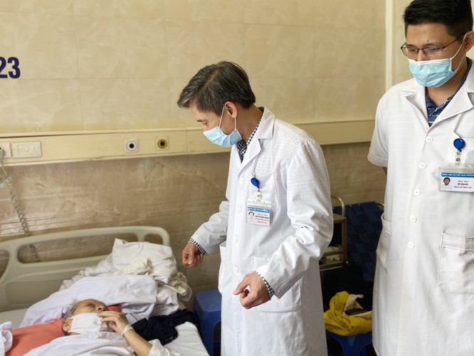 Cụ bà 85 tuổi đi lại bình thường sau khi ngã gãy cổ xương đùi bên phải ảnh 1