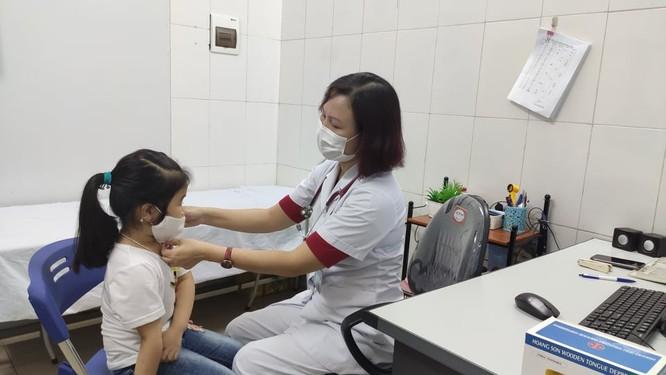 Nhiều bệnh viện tổ chức khám bệnh từ xa cho người dân trong mùa dịch COVID-19 ảnh 2