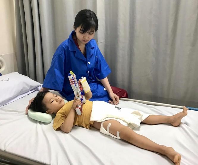 Bé trai 3 tuổi hồi phục kỳ diệu sau khi bị gãy xương đùi do cột bê tông đè vào chân ảnh 1