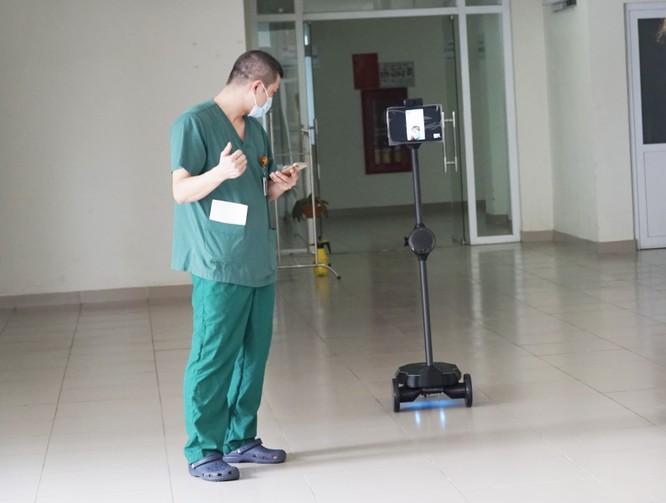 """Robot """"trợ thủ"""" giúp bác sĩ trò chuyện, chẩn đoán và chăm sóc bệnh nhân COVID-19 như thế nào? ảnh 2"""