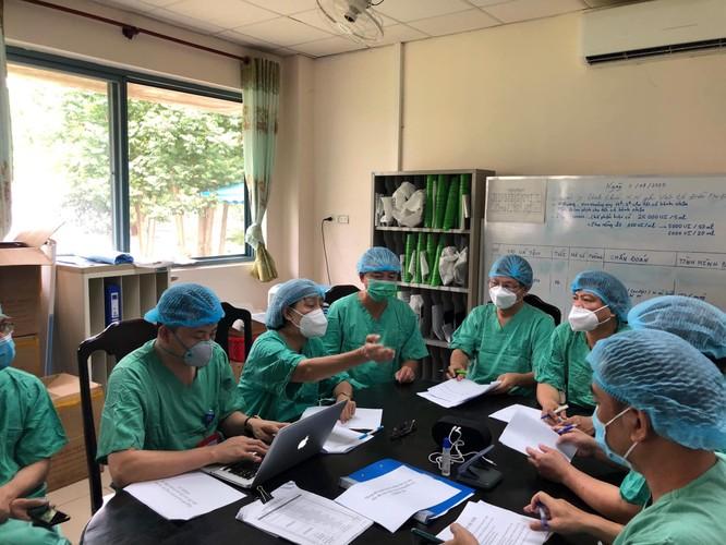 9 chuyên gia của Bộ Y tế nỗ lực điều trị cho 12 bệnh nhân mắc COVID-19 nặng ở Huế ảnh 1