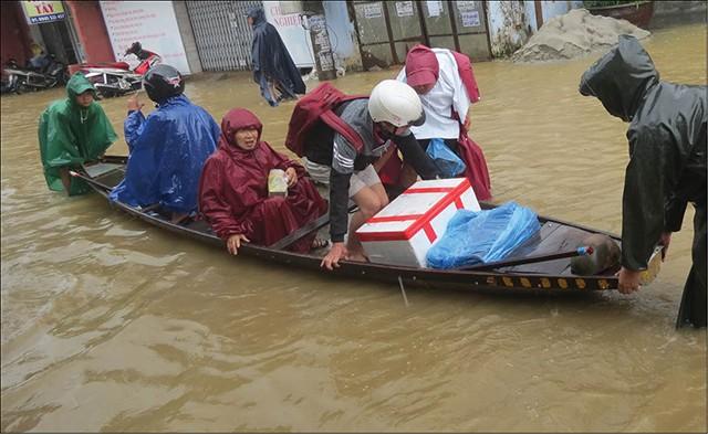 Tình hình bão lũ miền Trung phức tạp, người dân dễ mắc bệnh gì? ảnh 1