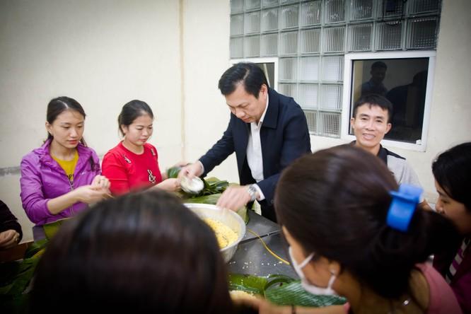 Các bác sĩ gói hơn 500 chiếc bánh chưng tiếp tế cho bà con miền Trung đang gồng mình chống lũ ảnh 1