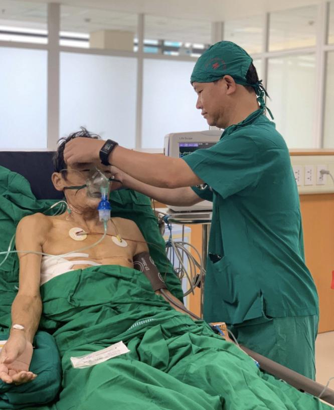 Ho gần nửa lít máu tươi/lần vì u phổi và xơ gan do rượu, bệnh nhân thoát chết ngoạn mục ảnh 2