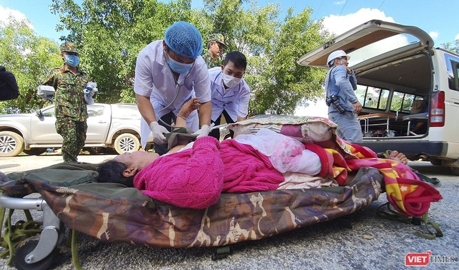 Thứ trưởng Bộ Y tế Nguyễn Trường Sơn trực tiếp thăm 9 nạn nhân trong vụ sạt lở đất ở Trà Leng ảnh 3