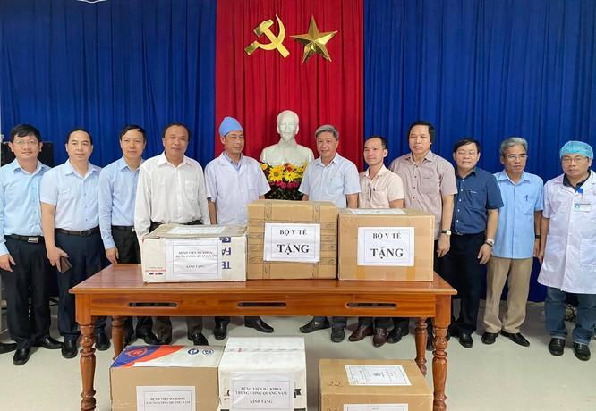 Thứ trưởng Bộ Y tế Nguyễn Trường Sơn trực tiếp thăm 9 nạn nhân trong vụ sạt lở đất ở Trà Leng ảnh 2