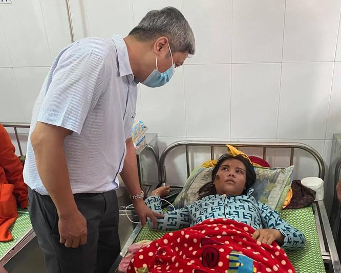 Thứ trưởng Bộ Y tế Nguyễn Trường Sơn trực tiếp thăm 9 nạn nhân trong vụ sạt lở đất ở Trà Leng ảnh 1