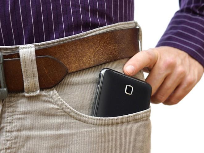 """Dùng điện thoại nhiều có khiến """"cậu nhỏ"""" yếu đi hay không? ảnh 2"""