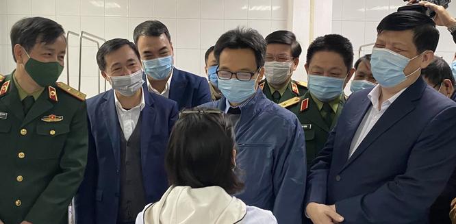 Phó Thủ tướng Vũ Đức Đam thăm hỏi ba người đầu tiên tiêm vaccine phòng COVID-19 ảnh 1