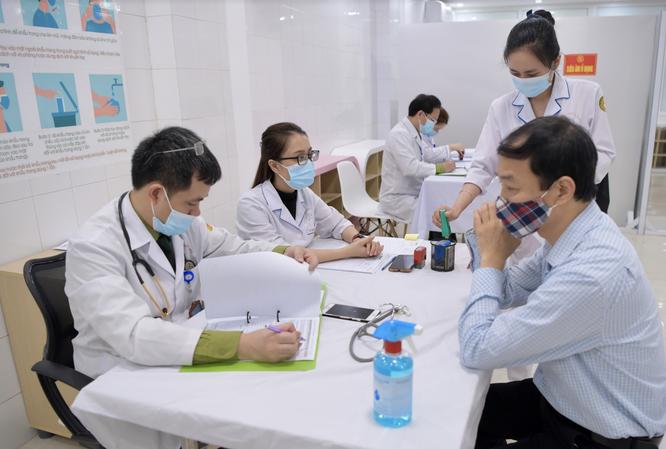 Ảnh: 35 người đầu tiên ở Hà Nội tiêm vaccine phòng COVID-19 giai đoạn II ảnh 7