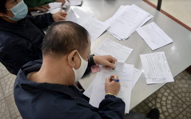 Ảnh: 35 người đầu tiên ở Hà Nội tiêm vaccine phòng COVID-19 giai đoạn II ảnh 4
