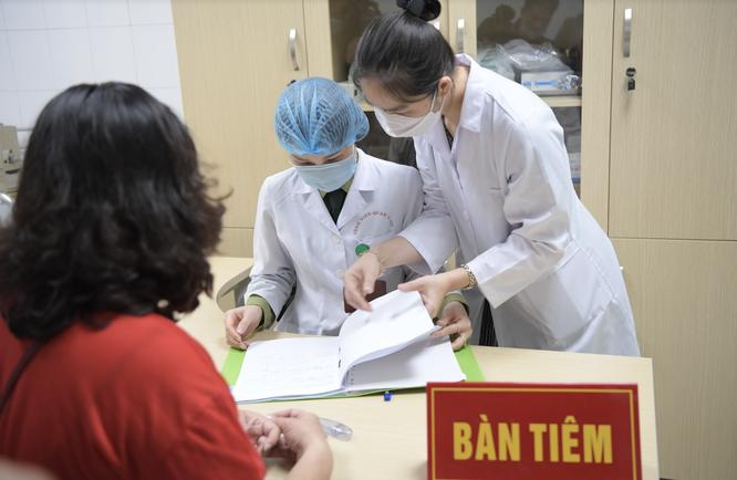 Ảnh: 35 người đầu tiên ở Hà Nội tiêm vaccine phòng COVID-19 giai đoạn II ảnh 9