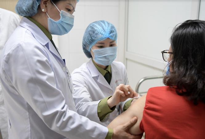 Ảnh: 35 người đầu tiên ở Hà Nội tiêm vaccine phòng COVID-19 giai đoạn II ảnh 12
