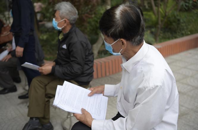 Ảnh: 35 người đầu tiên ở Hà Nội tiêm vaccine phòng COVID-19 giai đoạn II ảnh 1